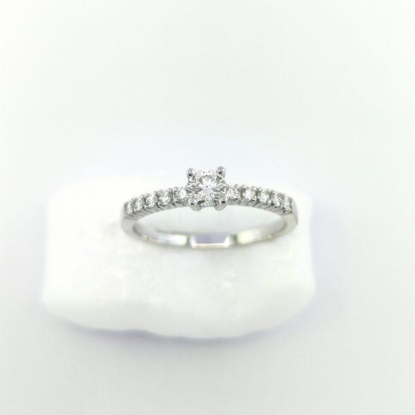 solitario diamante 0,20 gv y diamantes laterales, joyerias en murcia, blasco joyero, blasco, solitarios en murcia, anillo pedida murcia, diamantes, solitario